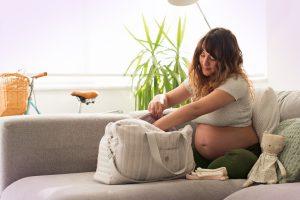 תיק לידה: מה באמת חשוב לקחת לחדר לידה ולמחלקת יולדות?